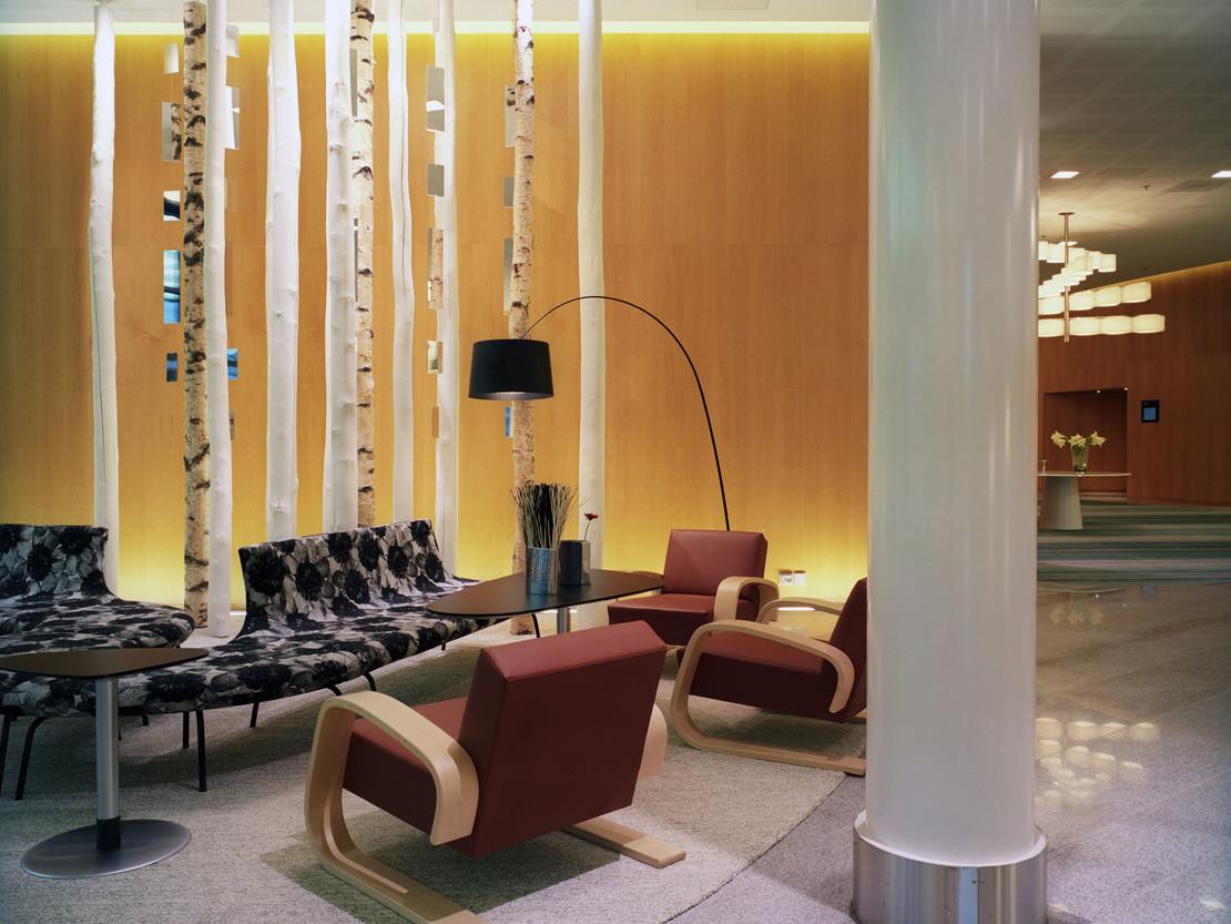 Fotografie einer modernen Hotellobby mit Sitzmöglichkeiten.