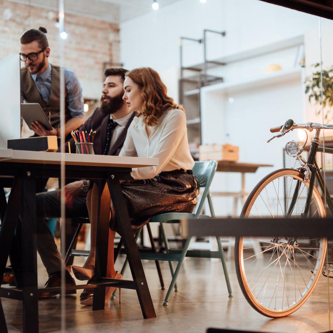 Fotografie einer Gruppe von Menschen an einem modernen Büroarbeitsplatz