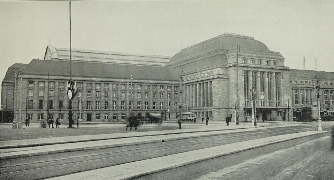 Historische Fototgrafie neugebaute Westfront des Leipziger Hauptbahnhofs um 1913.