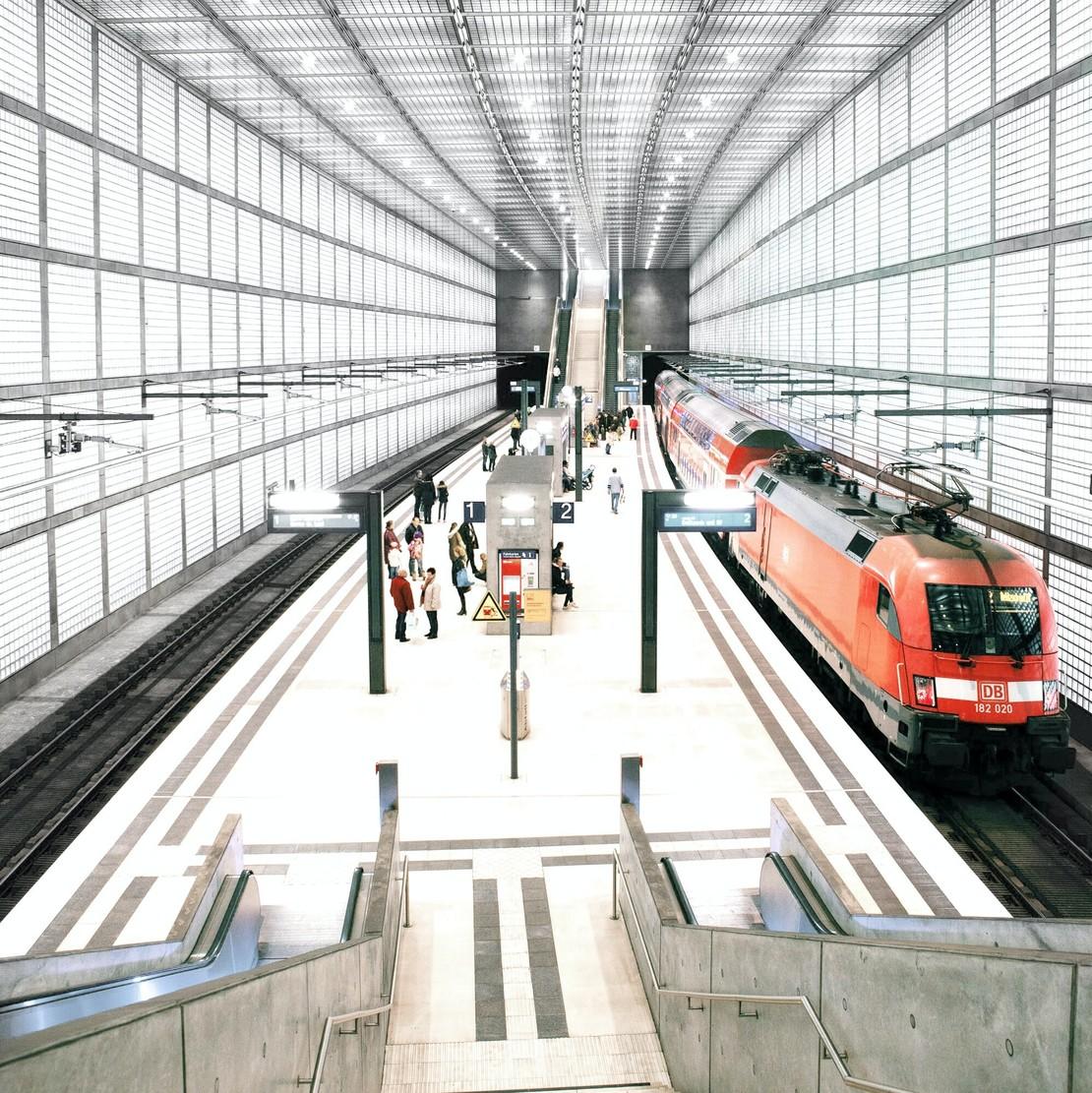 Hauptbahnhof Leipzig Bahnsteig mit bereitgestelltem Zug im Citytunnel.