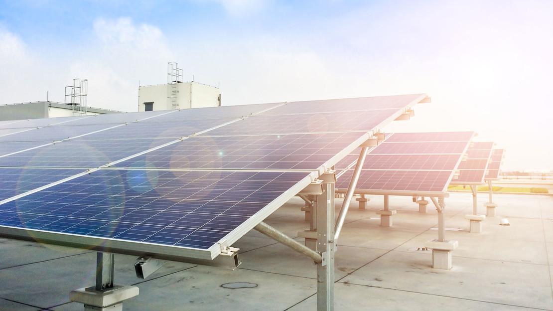 Fotografie einer Solaranlage auf einem Flachdach.