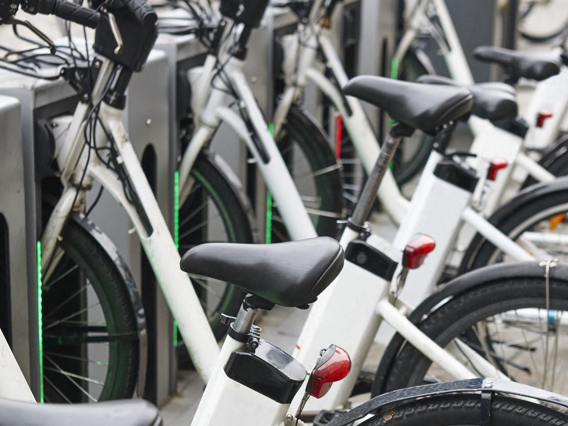 E-Bikes in einer Bikesharing-Station.