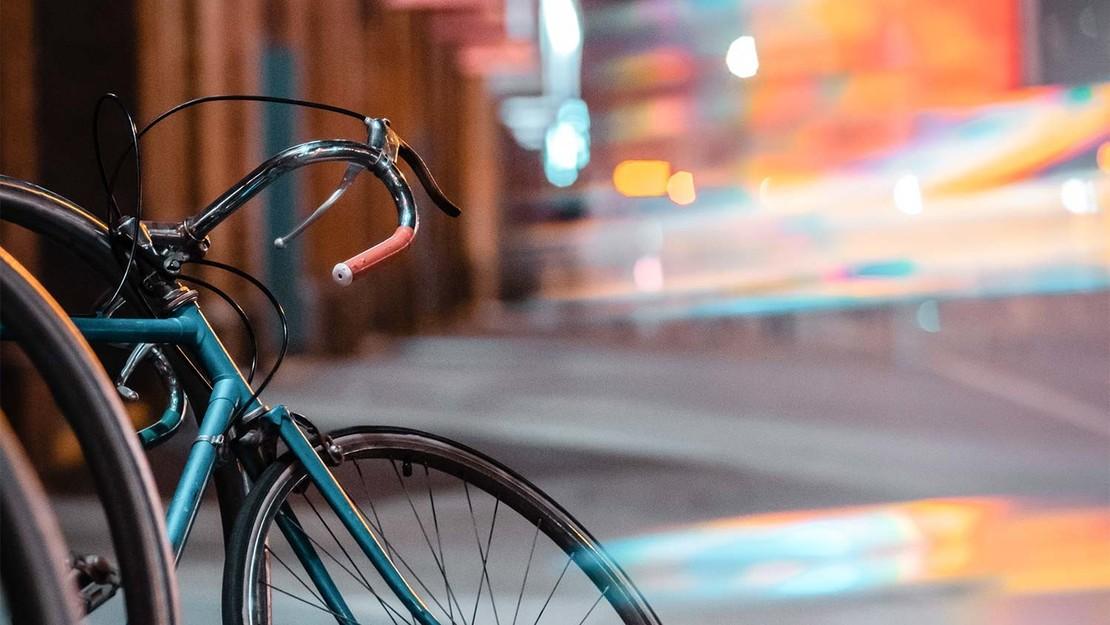 Künstlerische Fotografie eines Fahrrads im städtischen Umfeld.