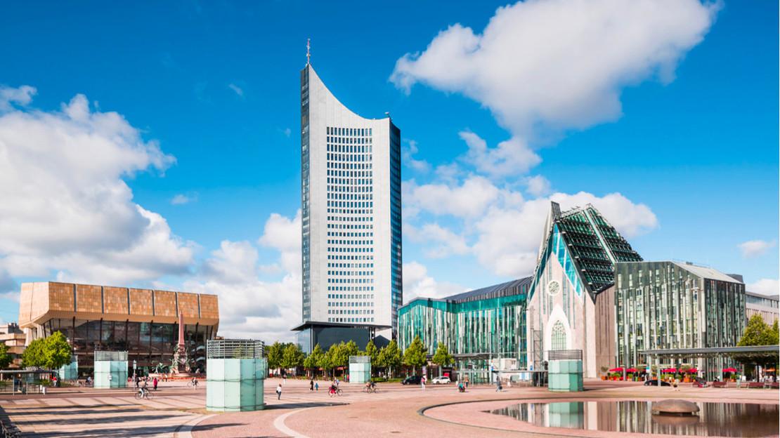 Ansicht der Universität Leipzig mit Vorplatz.