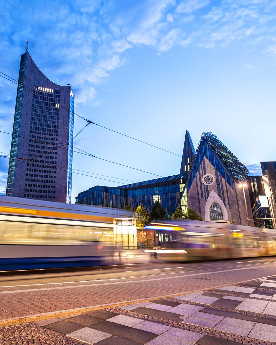 Künstlerische Fotografie mit Straßenbahn.